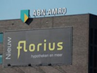 Een spandoek met reclame voor de introductie van het merk Florius op een ABN-AMRO kantoor