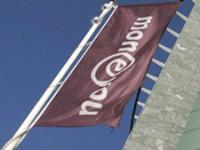 De vlag hangt uit voor het MoneYou hoofdkantoor